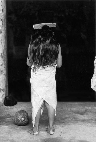 La niña del peine / Girl with hair-comb